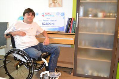 NADACE AGEL podpořila paralympijského vítěze nákupem nového vozíku