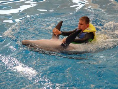 S pomocí NADACE AGEL se handicapovaný Jakub léčí plaváním s delfíny