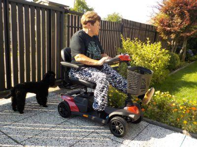 NADACE AGEL přispěla handicapované dvojici na miniskútry