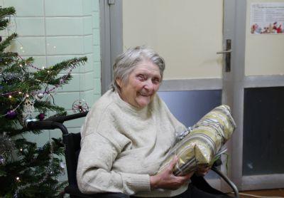Předvánoční atmosféru vykouzlily na sociálních lůžkách v Nemocnici Louny dárky od NADACE AGEL