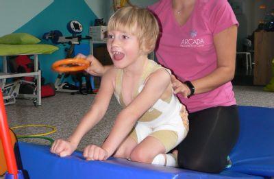 S podporou NADACE AGEL malá Lucinka s radostí intenzivně rehabilituje