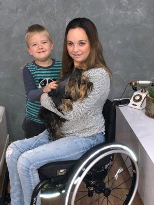 Vozík od NADACE AGEL vrací mladé ženě její nohy i sebevědomí
