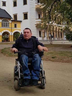 Díky podpoře NADACE AGEL nahradí elektrický vozík muži chabnoucí svaly a umožní mu i nadále aktivně žít