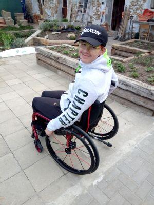 Spodporou NADACE AGEL si Otík užívá vnovém vozíku aktivní život