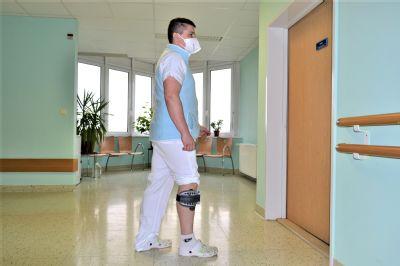 Rehabilitační pomůcka od NADACE AGEL umožní lékaři i nadále pomáhat pacientům