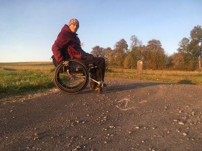NADACE AGEL poskytla finanční příspěvek na nový invalidní vozík sportovci a zpěvákovi Tomáši Moravikovi
