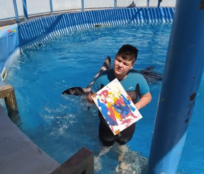 NADACE AGEL finančně přispěla mladému Toníkovi na terapeutické setkání s delfíny